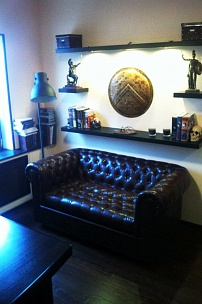 Английское кресло и диван Честерфилд для частного интерьера