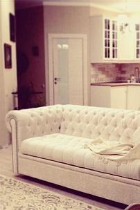Частный интерьер гостиной, диван Честерфилд с молдингом