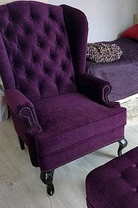 Частный интерьер, английское кресло и пуф для спальни