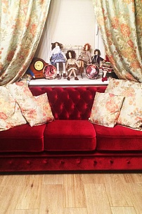 Частный интерьер, бархатный диван Честер