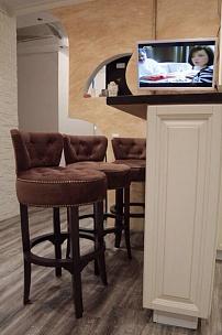Частный интерьер, диван Честер и барные стулья Вельвет