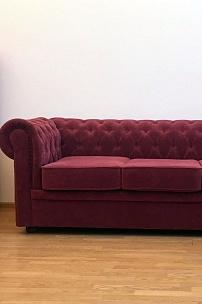Частный интерьер, диван Честер в цвете бургунди