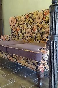 Частный интерьер, диван с ушами в комбинированной обивке