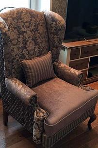Частный интерьер, кресло с ушами в комбинированной обивке