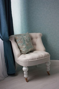 Частный интерьер, кресло у камина