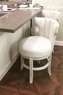 Частный интерьер, полубарные стулья для домашней барной стойки