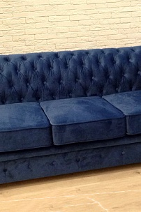 Частный интерьер, синий диван Честер