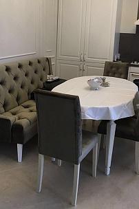 Частный интерьер, стулья с каретной стяжкой