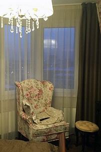 Частный интерьер, ушастое кресло в стиле прованс