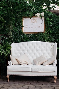 Диван на фотозоне для свадебного агентства «Royal Wedding»