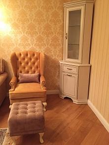 Каминное кресло и пуф в частном интерьере