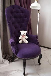 Классическое кресло в интерьере спальни