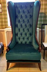 Кресло-трон с высокой спинкой