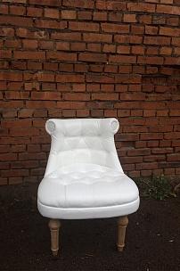 Мебель для оформления фотозоны. Белое будуарное кресло