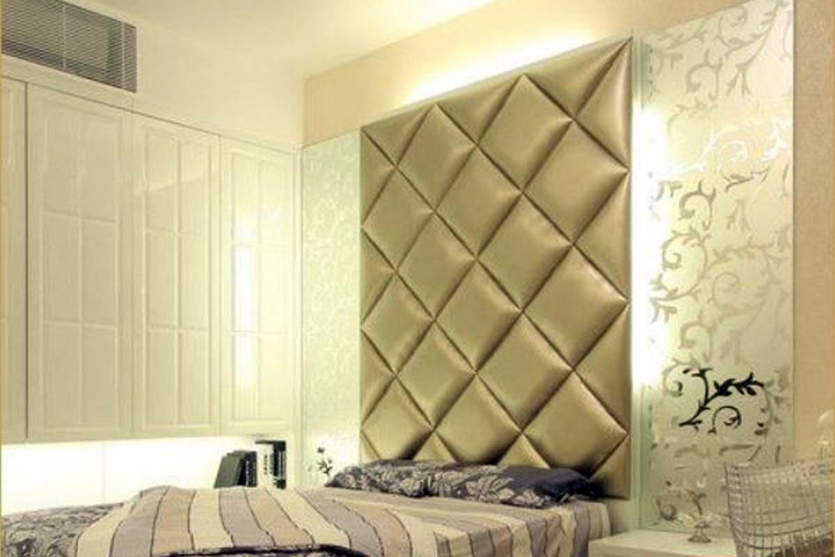 Кровать с мягким изголовьем в деревянной раме